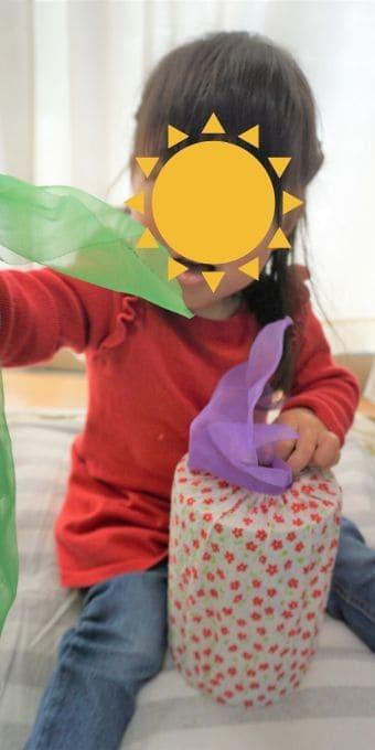 布を引っ張る2歳児