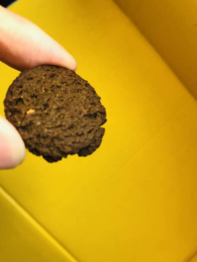 BASE Cookies(ベースクッキー)ココア味の1枚は500円玉くらいの大きさ